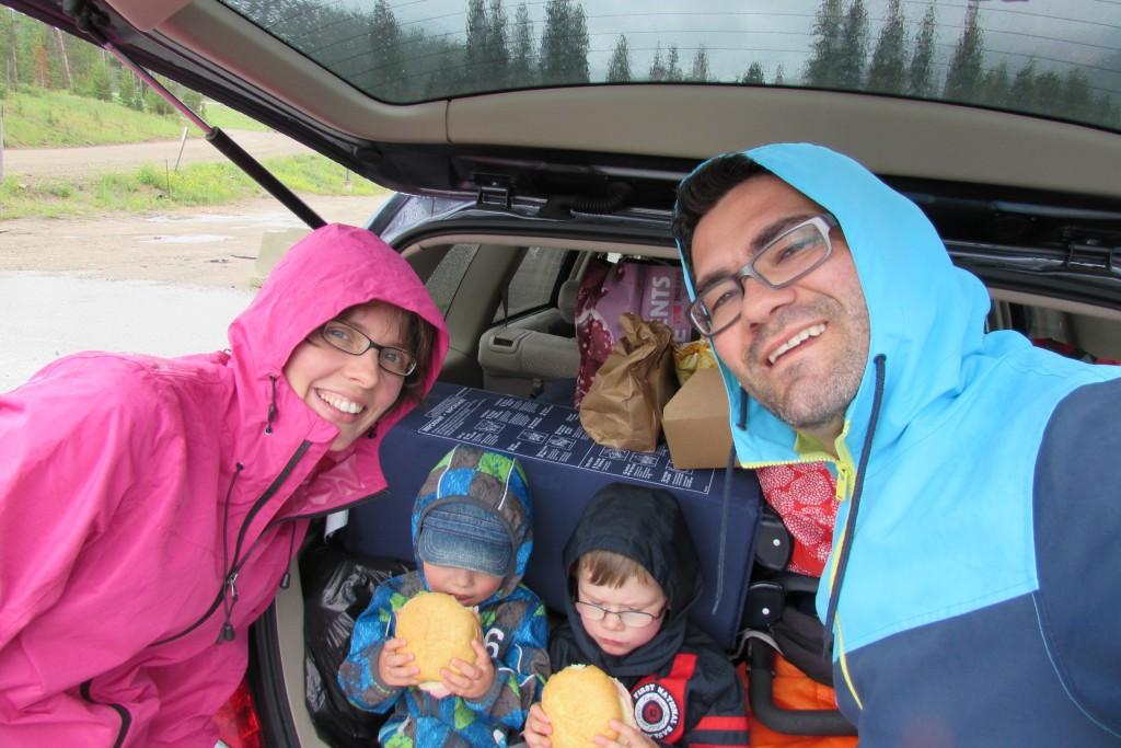 Mittagspause im Regen auf der Fahrt zur Snow Mountain Ranche